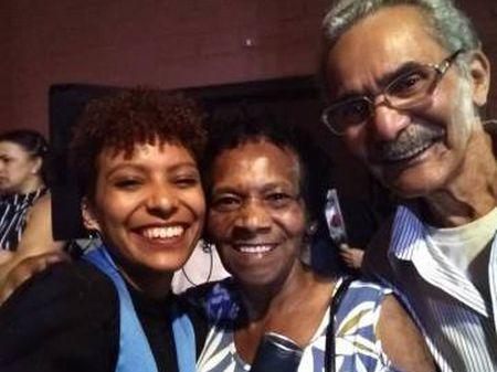 Tamires Costa com os pais no dia da formatura do curso de psicologia.