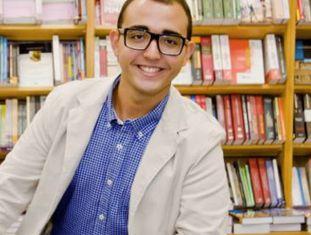 Raphael Montes com seu primeiro romance, 'Suicidas'.