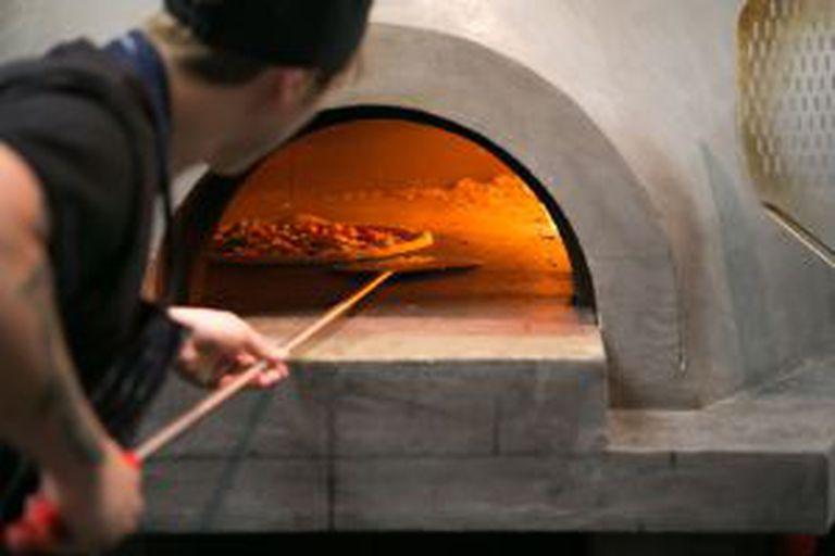Forno da pizzaria clássica Homeslice, em Covent Garden, Londres.