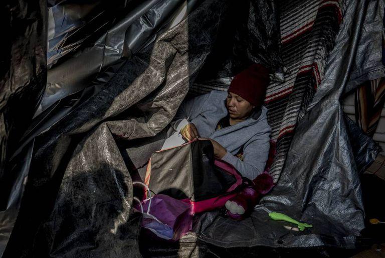 Reina Espinosa, hondurenha de 32 anos, em um acampamento improvisado ante o muro de San Luis Rio Colorado
