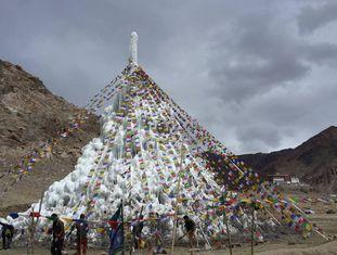 Estupa de gelo perto do monastério de Phyang, Ladakh, em abril de 2016