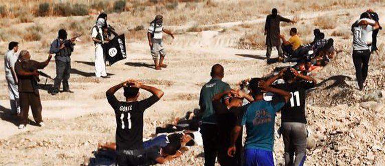 Membros do EIIL executam supostos soldados iraquianos na província de Saladino, em uma imagem publicada em um site jihadista.
