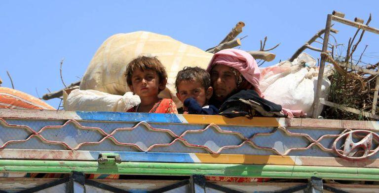 Família síria se retira de Raqa, dominada pelo Estado Islâmico.
