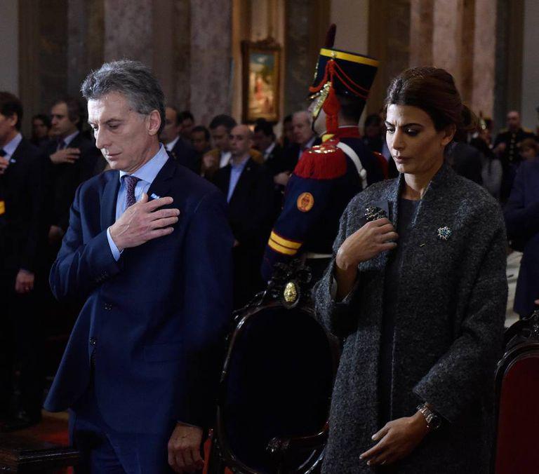 Mauricio Macri com sua mulher, Juliana Awada, na catedral portenha.