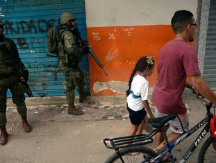 Operação militar na favela Kelson's, no Rio de Janeir, em fevereiro de 2018.