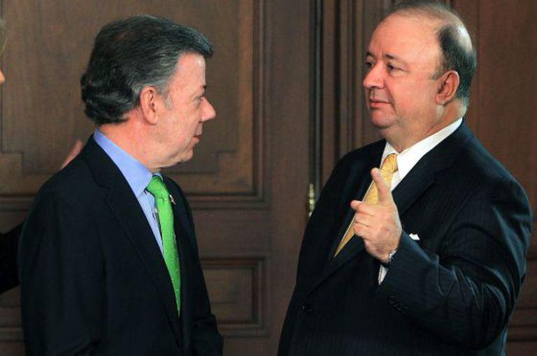 Juan Manuel Santos e o ministro da Defesa nesta segunda.