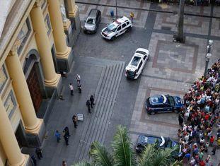 Dezenas de pessoas ao redor da Catedral Metropolitana de Campinas, após o ataque a tiros.