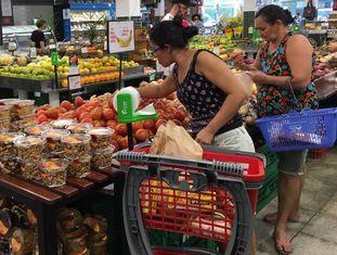 Consumidoras em supermercado.