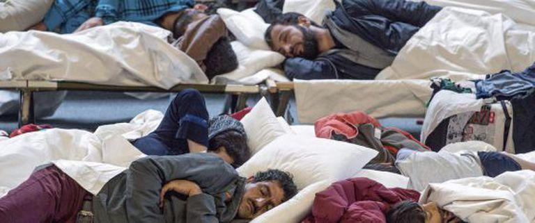 Refugiados sírios descansam em Hanau, Alemanha.