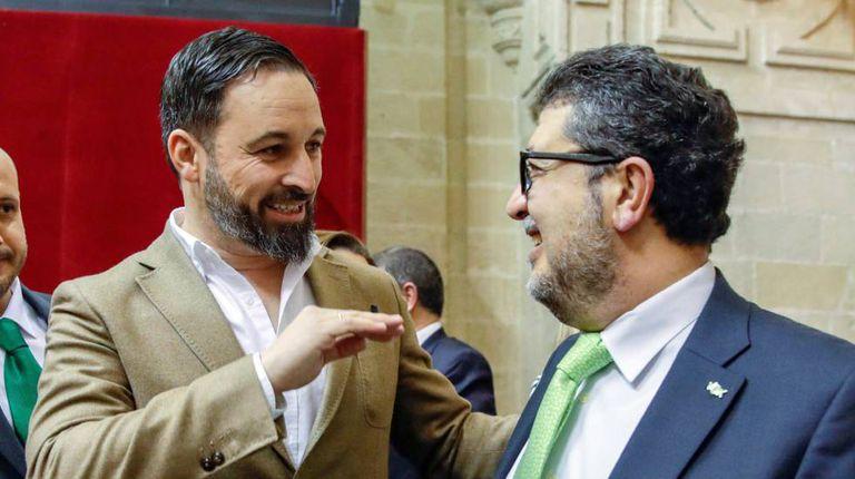 O líder nacional do VOX, Santiago Abascal, e o juiz Francisco Serrano, deputado pelo partido.