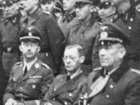 Heinrich Himmler, primeiro sentado à esquerda, em visita à Noruega em 1942.
