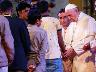 O Papa recebe um grupo de rohingyas em Daca, capital de Bangladesh