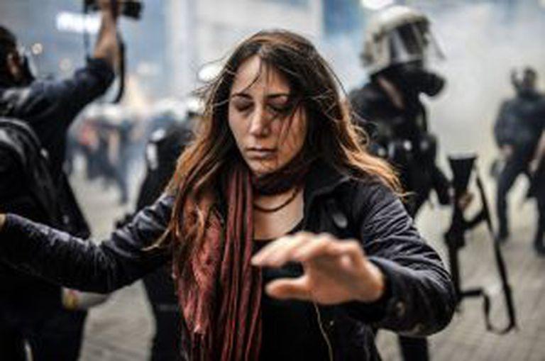 Manifestante em Istambul escapa dos gases lacrimogêneos.