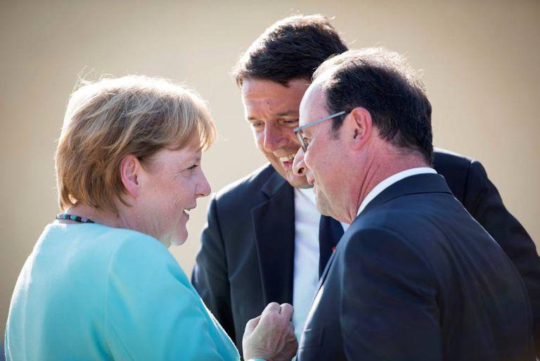 A chanceler alemã, Angela Merkel, fala com o presidente francês, François Hollande, e o primeiro-ministro italiano, Matteo Renzi, no domingo, em Ventotene.
