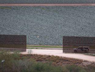 Cerca na fronteira entre EUA e México em McAllen, Texas.
