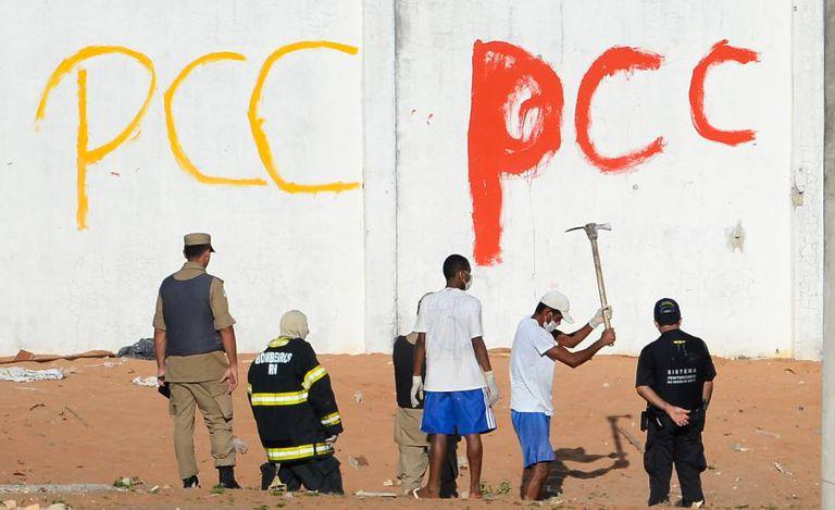 Autoridades recolhem corpos na Penitenciária de Alcaçuz após a rebelião.