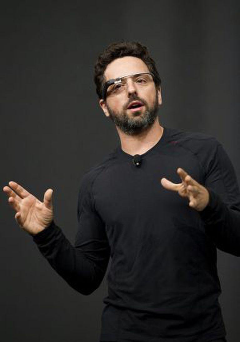 Sergey Brin, cofundador do Google, usando os óculos.