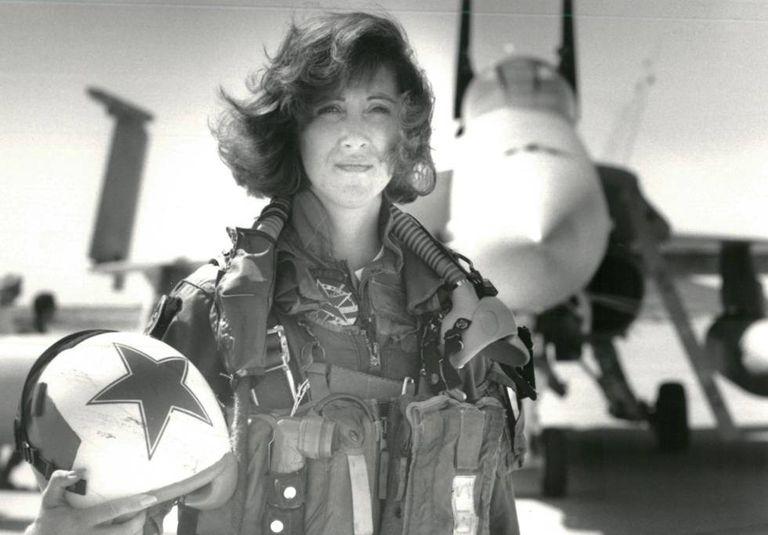 A comandante do voo acidentado da Southwest Airlines, Tammie Jo Shults, em frente a um caça F/A-18A, em 1992