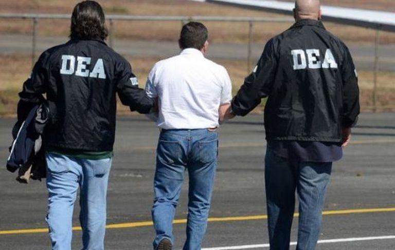 Agentes da DEA escoltam um preso.