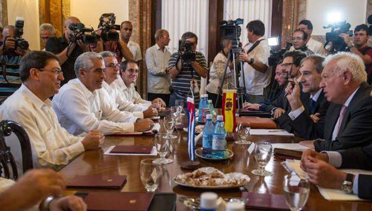 O chanceler espanhol Margallo em frente a seu colega cubano.