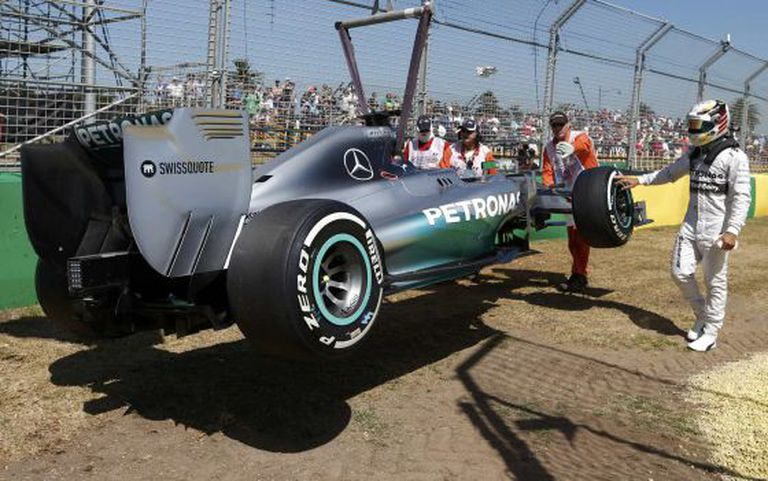 O carro de Hamilton, rebocado.
