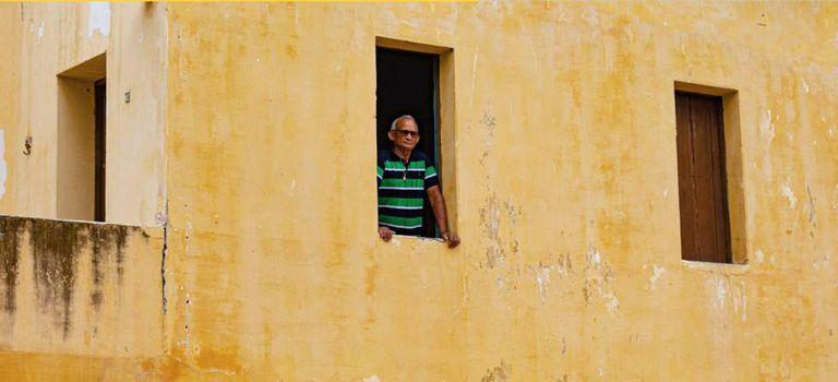 Tadeus Cardoso, figurante em 'Bacurau', reproduz cena gravada na janela da casa de Dona Carmelita.