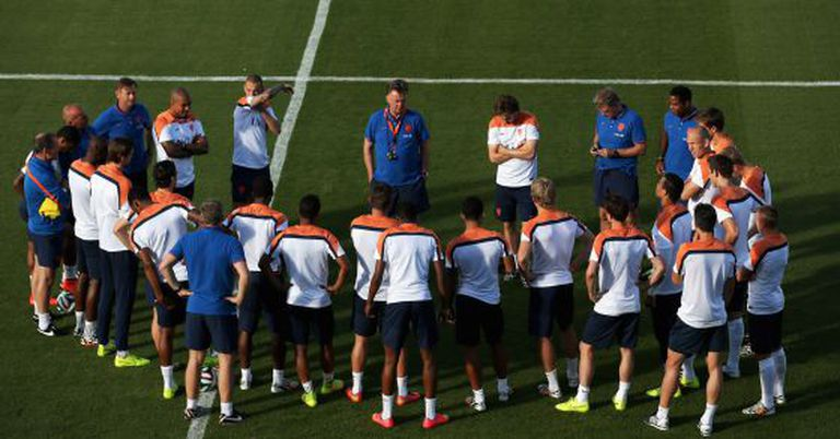 Van Gaal dá preleção aos atletas da Holanda.