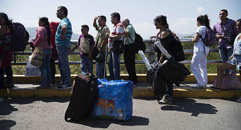 Venezuelanos na ponte Simón Bolívar, o ponto fronteiriço mais próximo a Cúcuta.