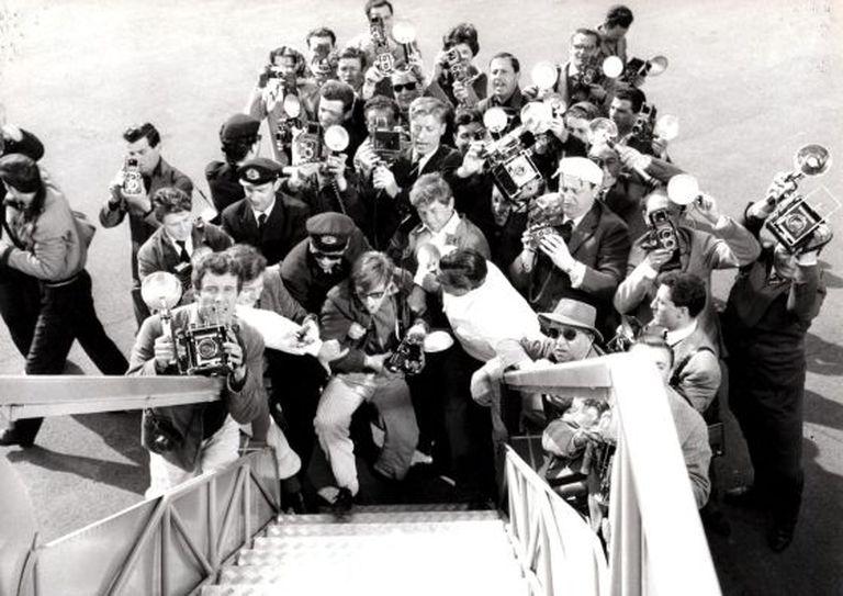 O autor desta foto é desconhecido. Mas teve a virtude de, num flash, caçar seus colegas caçadores de imagens. O instantâneo foi tomado da porta do avião que conduzia a Roma a exuberante e desejada (pelos paparazzi, mas não só) atriz sueca Anita Ekberg. Corria o verão de 1959.