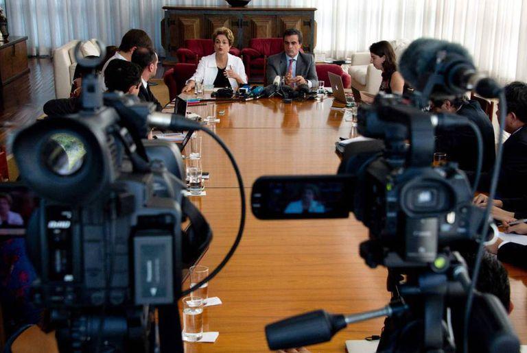 Dilma Rousseff e o ex-ministro José Eduardo Cardozo, na coletiva desta sexta.