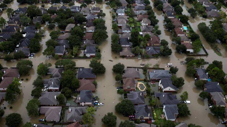 Ruas alagadas em um bairro de Houston