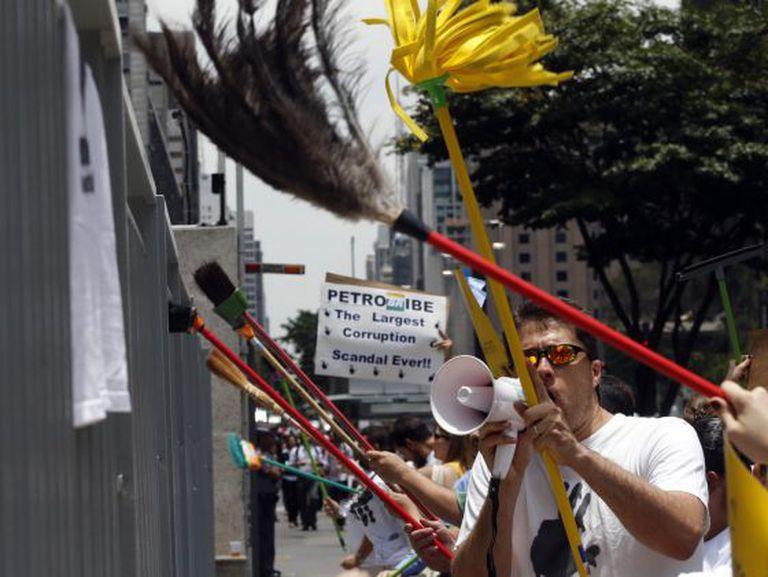 Grupo protesta contra os desvios na Petrobras, em São Paulo.