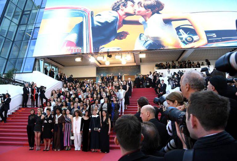 82 mulheres posam na escadaria do Palais do Festival de Cannes