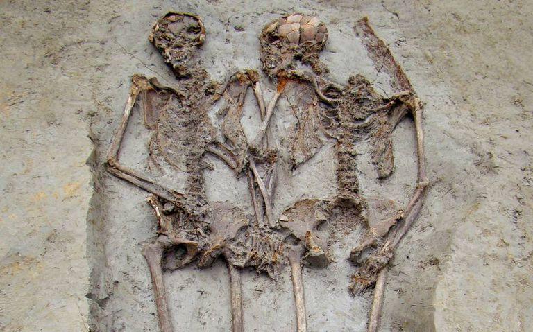 Os 'amantes de Módena', enterrados da mão.