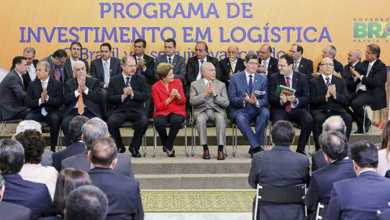 A presidenta Dilma Rousseff nesta terça com ministros e governadores, ao anunciar o pacote de concessões do Governo, em Brasília.