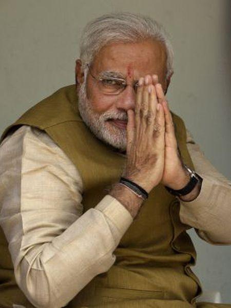 Modi cumprimenta seguidores em maio de 2014.