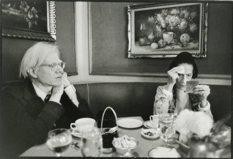 O artista Andy Warhol e a editora de moda Diana Vreeland, em Nova York, em 1976