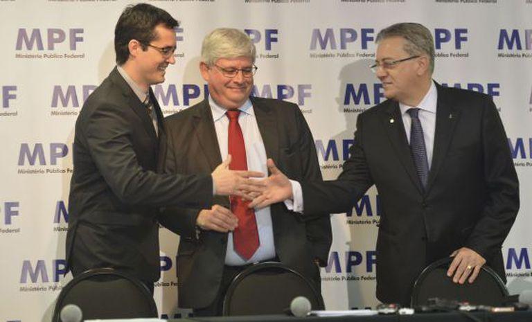 Cerimônia de devolução a Petrobras de valores recuperados pela Operação Lava Jato, em 11 de maio, com Deltan Dallagnol, coordenador da Operação, o procurador Rodrigo Janot, e Aldemir Bendine, presidente da Petrobras.