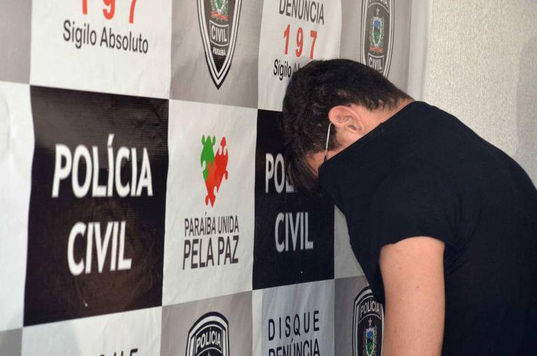 Marvin Heriques (de costas), depois de ser detido na sexta-feira passada em João Pessoa.