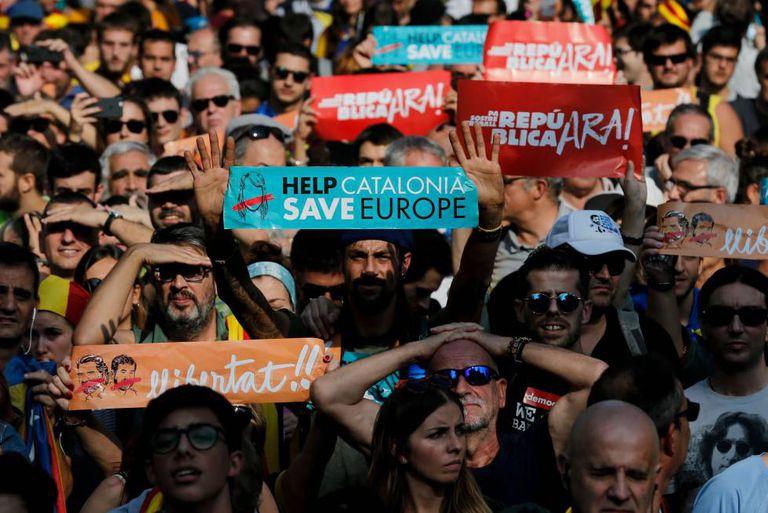 Manifestantes do lado de fora do Parlamento da Catalunha nesta sexta.