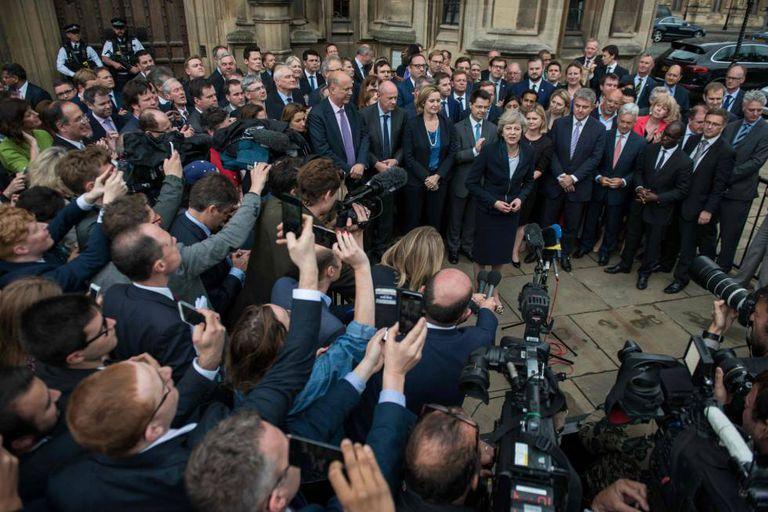 Theresa May se dirige à imprensa na entrada do Palácio de Westminter, em Londres.