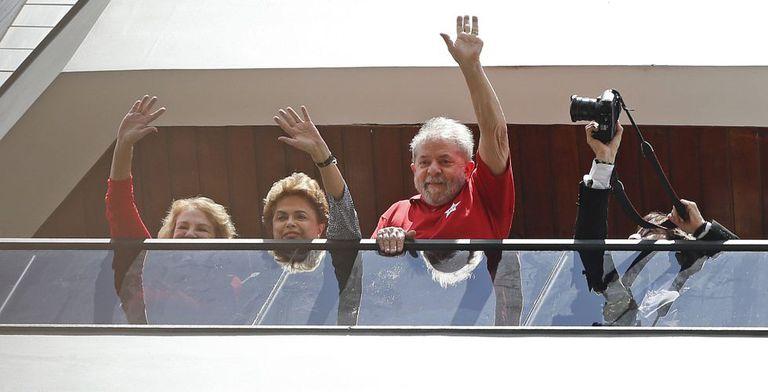 Dilma acena para apoiadores ao lado de Lula e Marisa da varanda do ex-presidente, em São Bernardo, neste sábado.