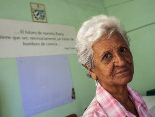 A professora Georgina Arias, de 78 anos, posa em sala de aula da Casa do Pedagogo