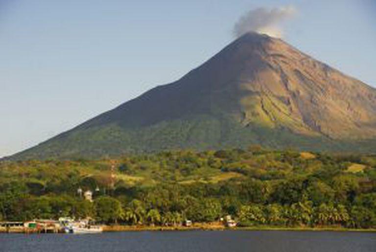 A fumegante cratera do vulcão Concepción eleva-se sobre a cidade de Moyogalpa e o lago Nicarágua, na ilha de Ometepe (Nicarágua).