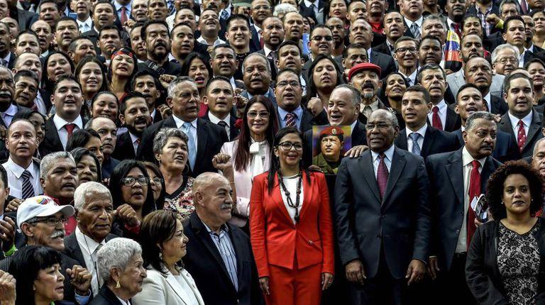 Os membros da Assembleia Nacional Constituinte, com Delcy Rodríguez no centro.