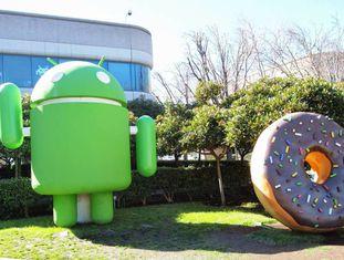 Jardim com figuras em homenagem ao Android na sede do Google.