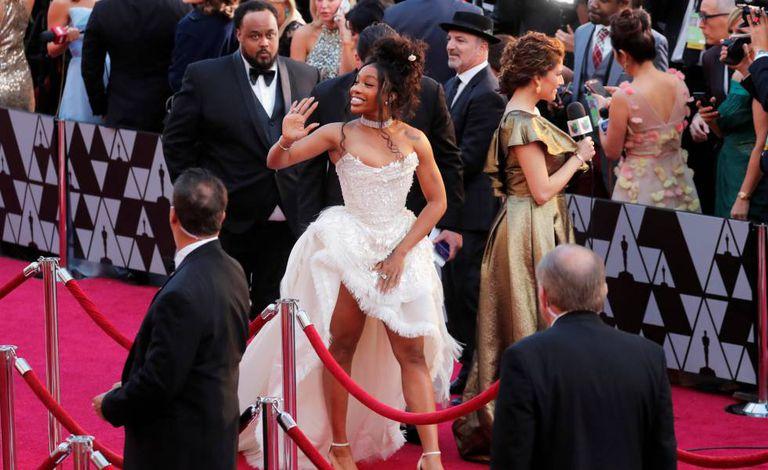 A cantora SZA acena no tapete vermelho do Oscar-2019