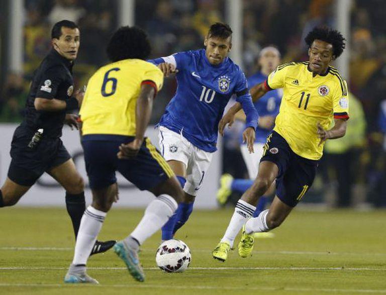 Neymar tenta drible.