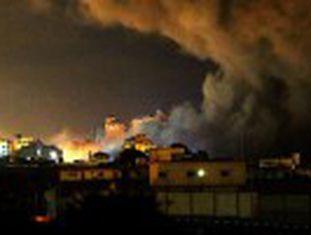Israel lançou 400 toneladas de explosivos sobre o território palestino desde o início da ofensiva. Nas ruas vazias de Gaza, aqueles que permanecem sentem dor, raiva e até resignação