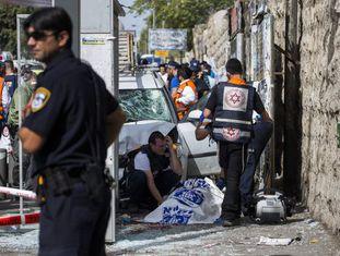 Equipes de socorro israelenses no local de um atentado em Jerusalém.